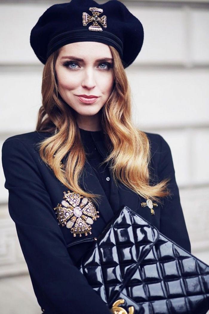 stilvolle-Kleidung-schwarz-Lack-Clutch-Schmuck-goldene-Dekoration-Steine-wunderschöne-französische-Mütze
