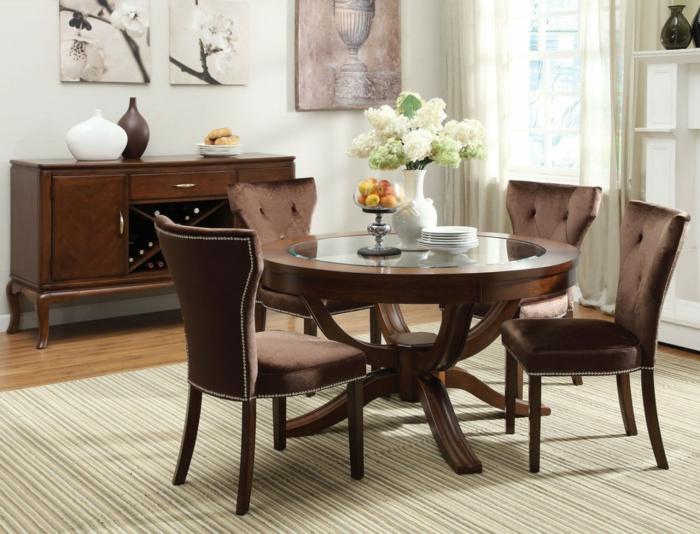 stilvoller-runder-Esstisch-Holz-Glas-Samt-Stühle-Früchte-Blumen-Teller