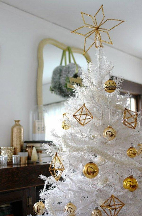 stilvoller-weisser-Tannenbaum-goldene-Dekoration