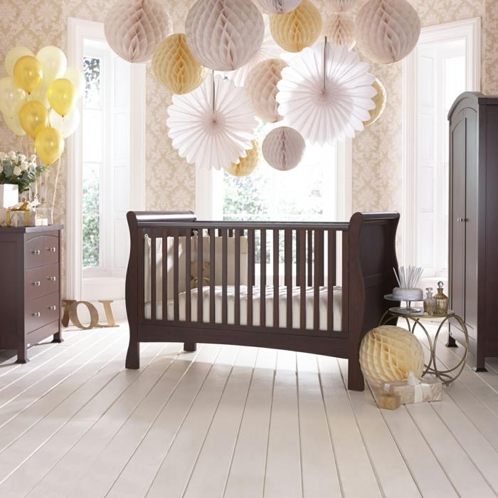 stilvolles-Kinderzimmer-Babybett-Kleiderschrank-Kommode-Holz-elegantes-Interieur-weiße-Rosen-Ballone-Papierleuchten-extravagant-herrlich