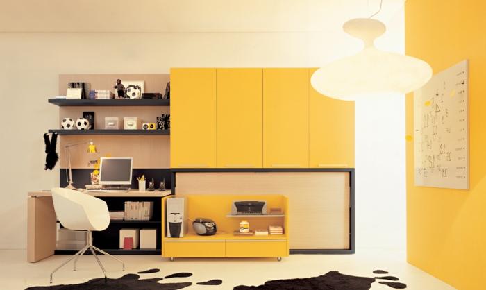stilvolles-Kinderzimmer-für-Jungen-gelb-schwarz-Schränke-Schreibtisch-weißer-Designer-Stuhl-moderne-Leselampe-Fußbälle-Computer-extravagante-Leuchte-gelbe-Wand