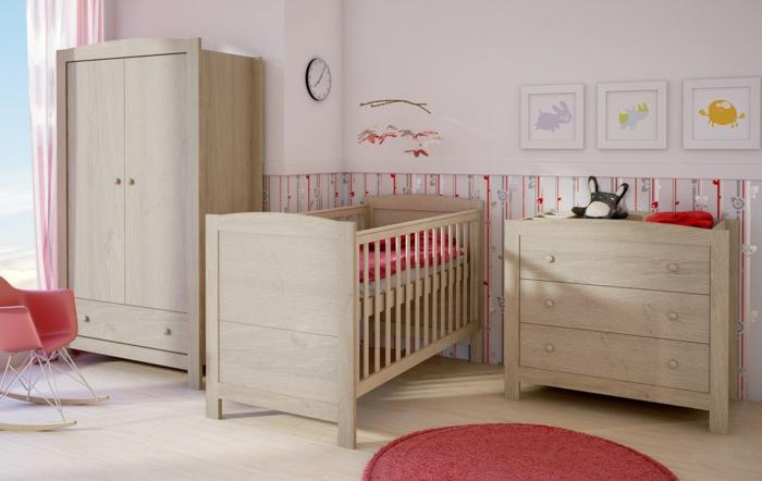 stilvolles-Kinderzimmer-hölzerne-rustikale-Möbel-rote-Akzente-lila-Wände-lustige-Bilder-Wandtattoos-Wanduhr-Gardinen-Streifen-Muster-roter-Sessel