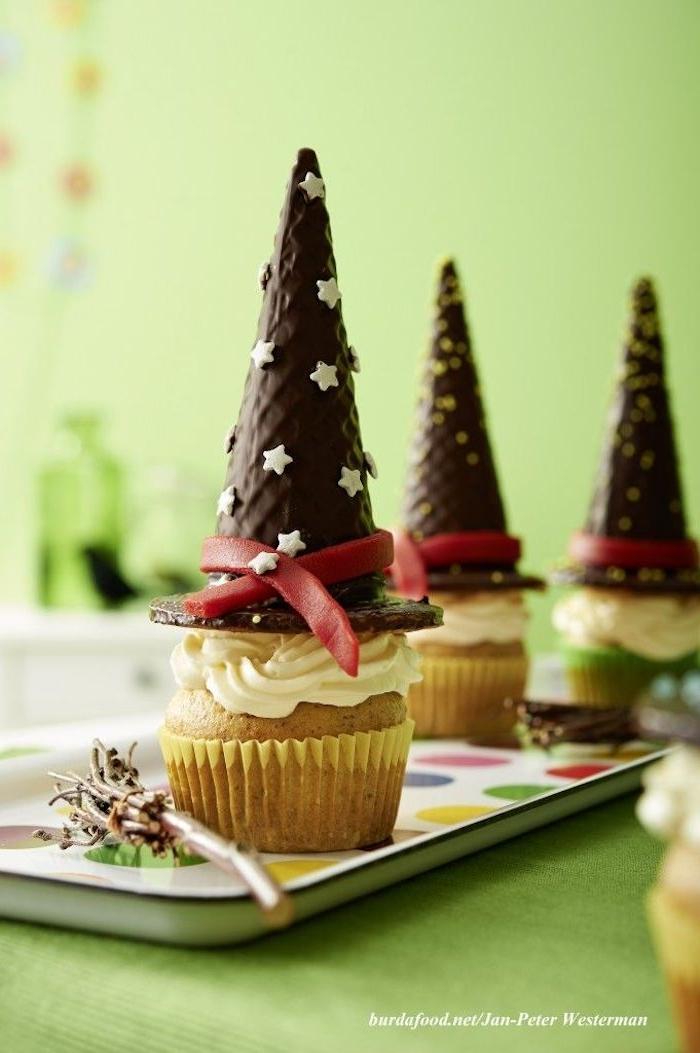 süße muffins halloween party essen kinder hexenhut cupcake schokolade weißer zuckerguss kreative backideen