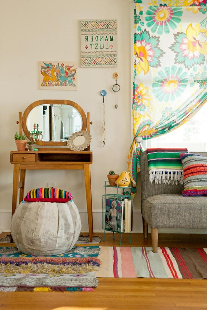 super-coole-Wohnzimmer-Gestaltung-böhmischer-Stil-Dekoartikel-bunte-Gardinen-Schlafdecke-Kissen