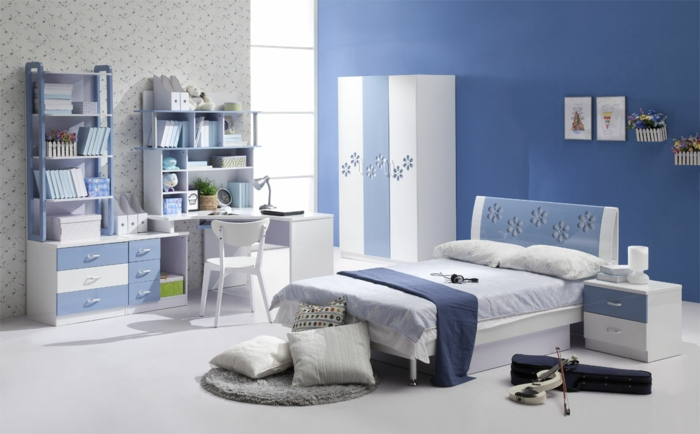 super-cooles-Kinderzimmer-blaußweiß-Blumen-Ornamente-großes-Bett-Nachttisch-Violine-Schrank-Schreibtisch-Regale-Leselampe-Schubladen