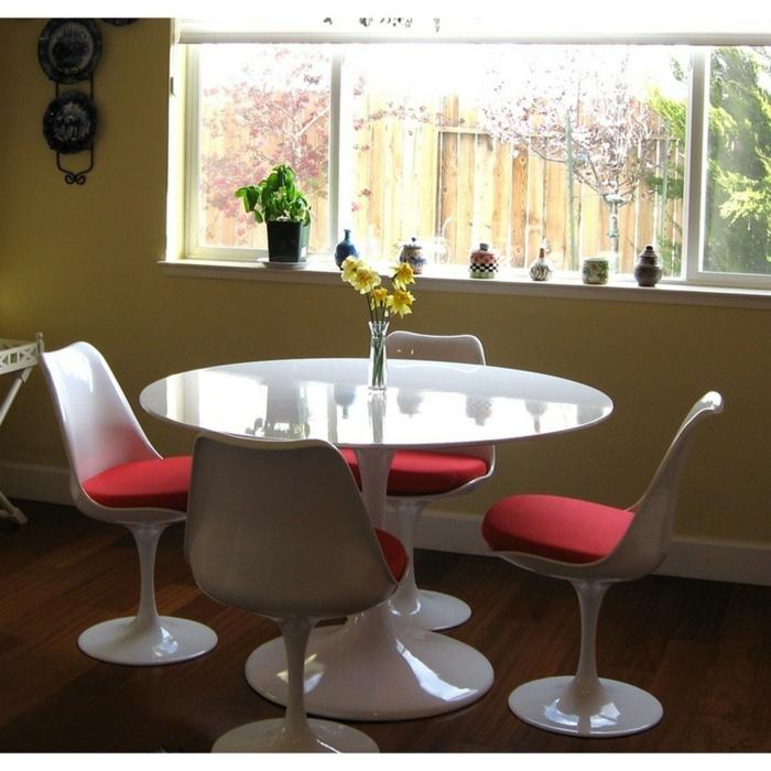 ungewöhnliches-Modell-Esszimer-weiß-rund-gelbe-Blumen-Designer-Stühle-rote-Polster