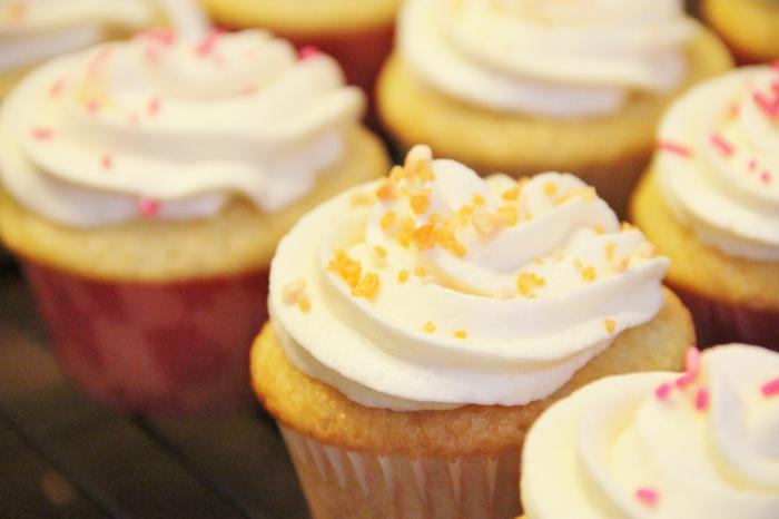 vanille-Creme-Houseton-Cupcakes-Früchte-Späne