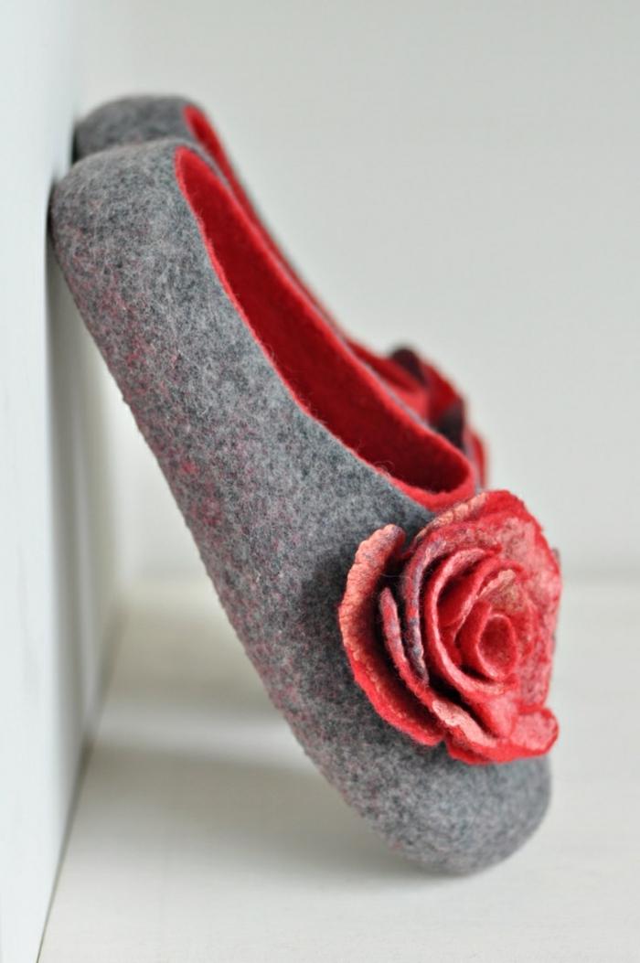 verfilzte-handgemachte-Hausschuhe-Damen-Wolle-grau-rote-Dekoration