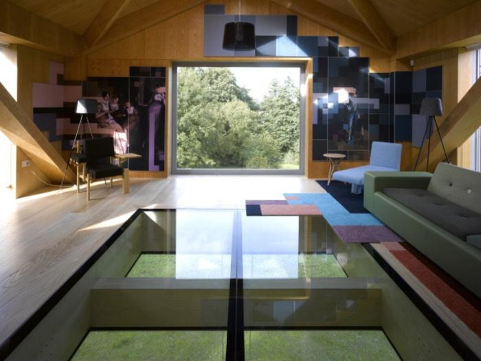 gläserner tisch und interessante wände- verrückt ausgedacht