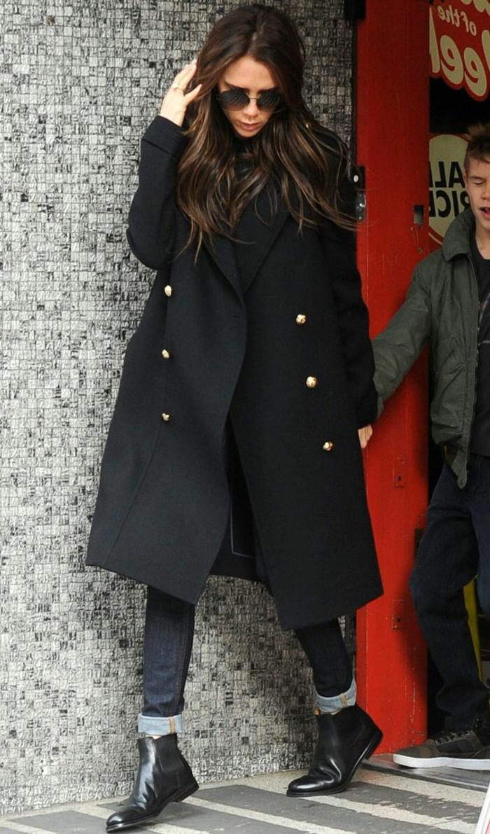 victoria-Beckham-Chelsea-Stiefel-military style-Mantel-schwarz-Jeans