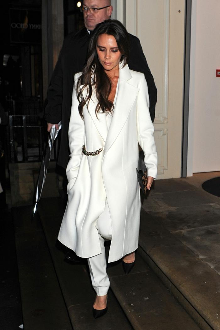 victoria-beckham-langer-Mantel-weiß-elegantes-Modell