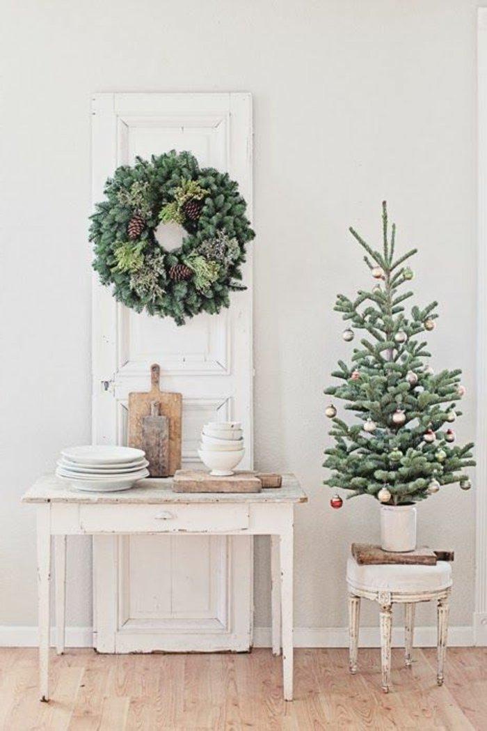 vintage-Einrichtung-weisses-Interieur-kleiner-dekorativer-Tannenbaum-Schmuck-Kranz-Tannenzweige-Zapfen-weihnachtliche-Dekoration
