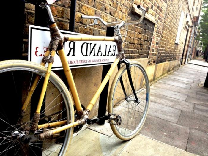 vintage-Fahrrad-Bambus-Straße-Ziegelgebäude