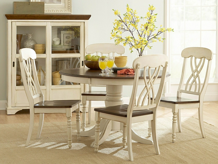 vintage-Möbel-Küchenschrank-Esstisch-rund-Stühle-Gläser-Saft-Blumen