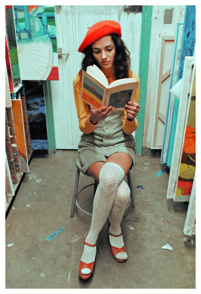 vintage-Mode-1960er-Mädchen-gestrickte-Socken-Sandalen-Buch-rote-mütze