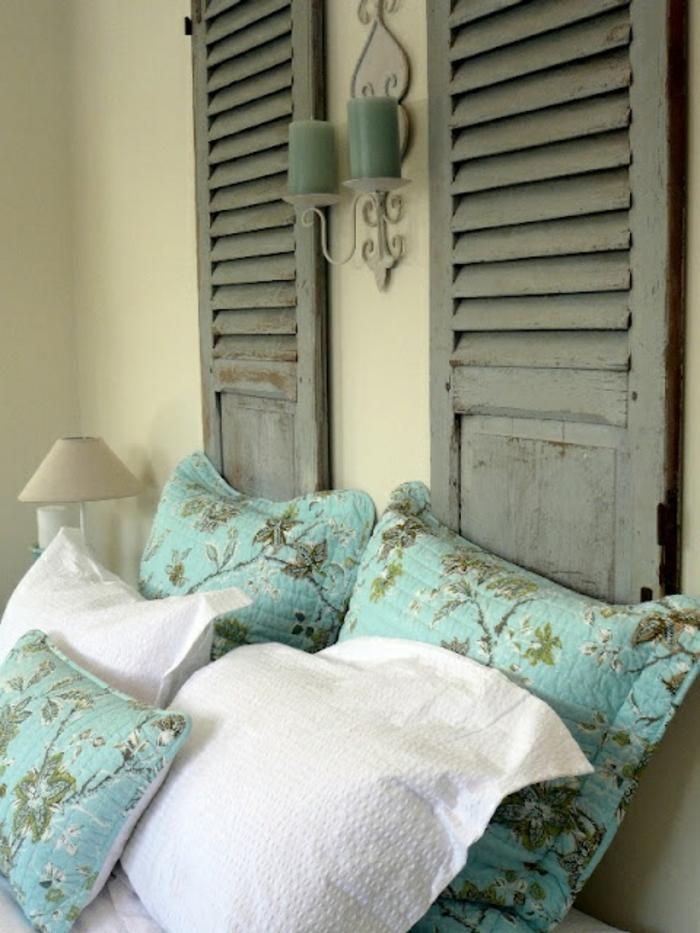 vintage-Schlafzimmer-Gestaltung-Kissen-türkis-Farbe-Kerzen-alte-dekorative-Fensterläden