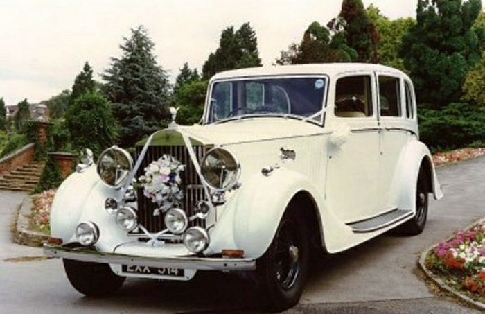 vintage-auto-in-London-rolls-royce-resized