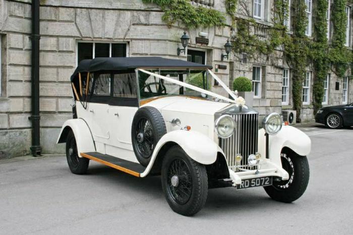 vintage-auto-limousine-mit-hochzeits-schmuck-resized