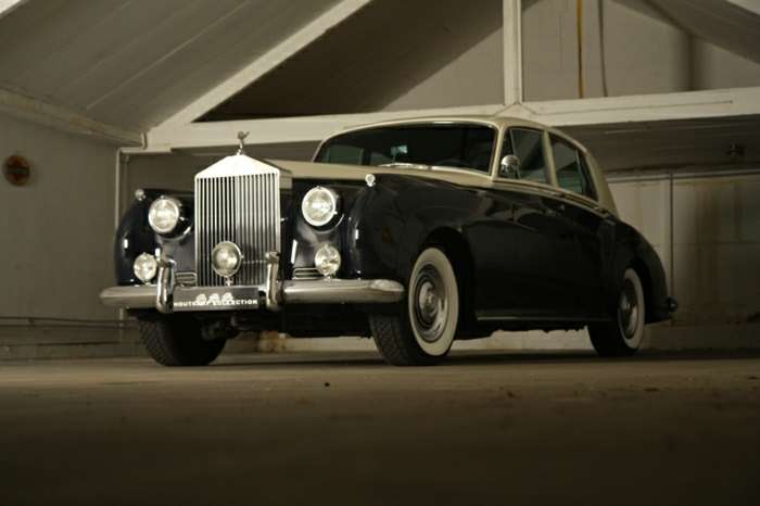 vintage-auto-rolls-royce-in-schwarz-innenbereich-resized