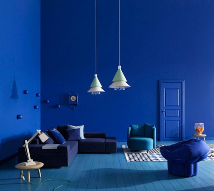 wandfarbe-blau-hängende-lampen-im-wohnzimmer