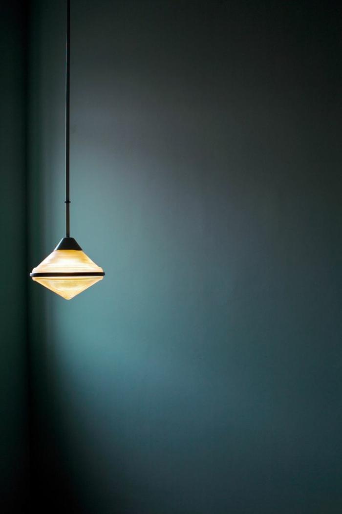 wandfarbe-blau-hängendes-modell-lampe