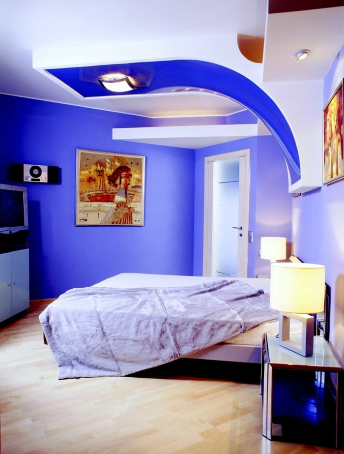 wandfarbe-blau-hohe-zimmerdecke-und-bequemes-bett