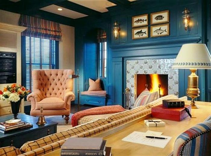 wandfarbe-blau-luxuriöser-kamin-weiße-lampe