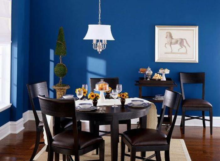 wandfarbe-blau-originelles-modell-esszimmer