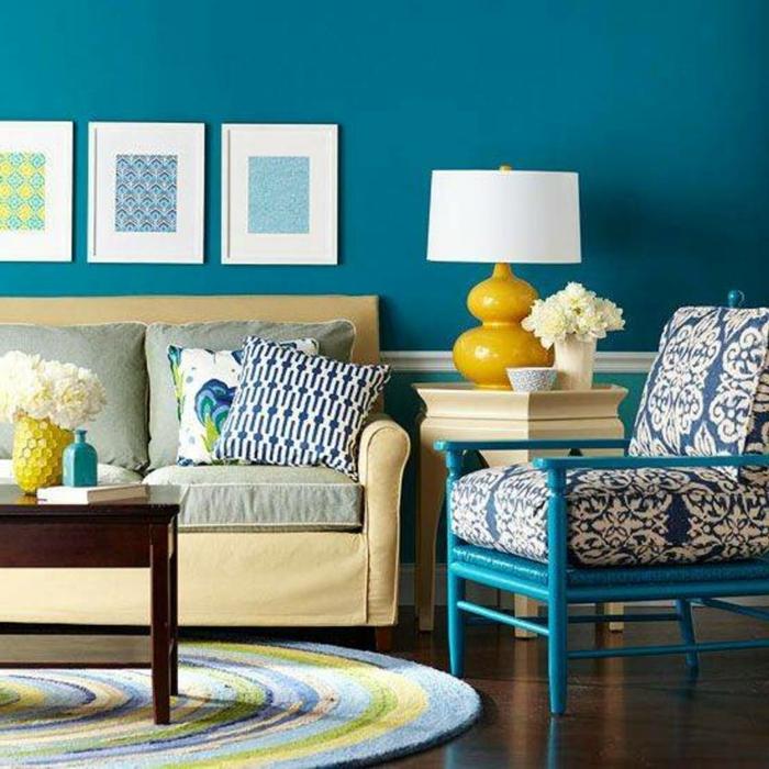 wanfarben-kombinationen-drei-große-bilder-an-der-schönen-blauen-wand