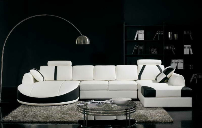 wanfarben-kombinationen-weißes-schickes-sofa-schwarze-wand