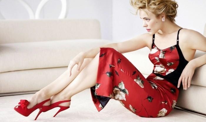 was-passt-zu-rotem-kleid-eleganter-look-mit-rotem-kleid-mit-blumen-und-rote-schuhe-absaetze-model