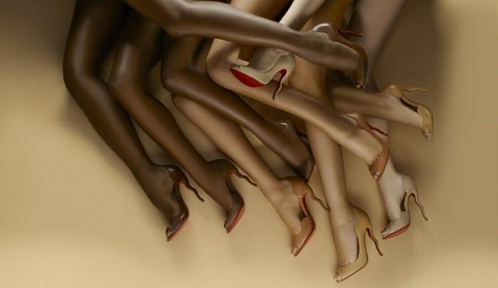 was-passt-zu-rotem-kleid-schoene-schuhe-absaetze-hautfarbe-verschiedene-frauen-nationalitaet