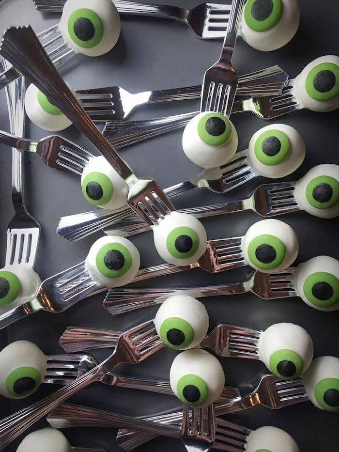 weiß grüne augenäpfel gestochen auf gabeln halloween rezepte für kinderparty gruselige ausgefallene ideen kinderparty