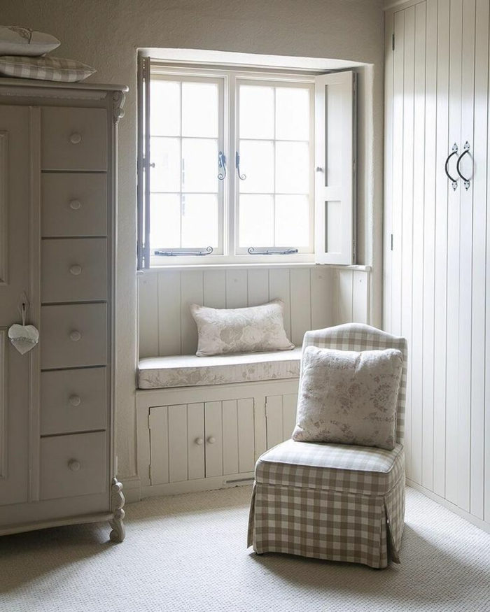weiße-Schlafzimmer-Gestaltung-Sessel-Kleiderschrank-vintage-Stil-Bank-Kissen-kleines-Fenster-Läden