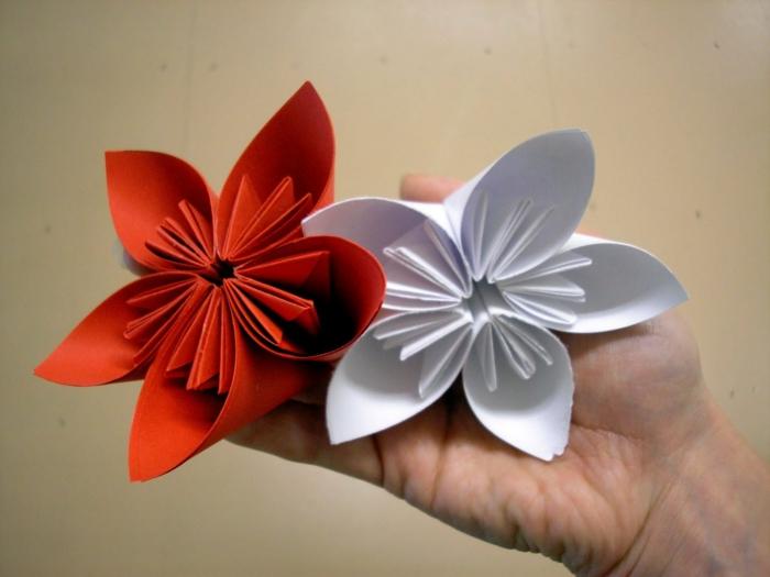 weiße-rote-origami-blume-kreativ