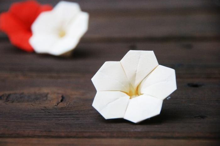 weiße-rote-origami-blumen-schön-romantisch-zärtlich