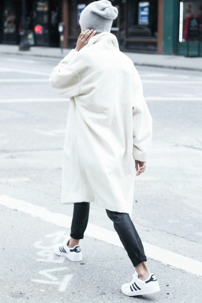 weißer-Mantel-Damen-Lederhosen-Turnschuhe-extravagante-Kombination