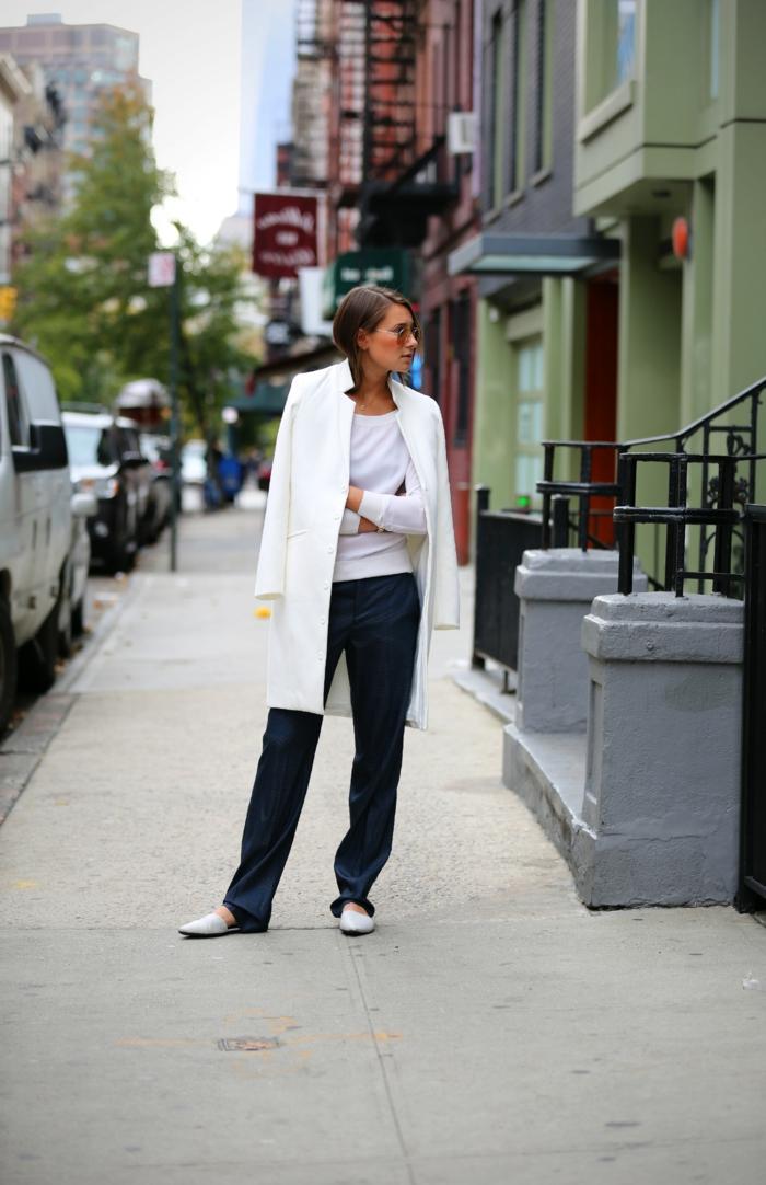 weißer-Mantel-Flats-schwarze-Hosen-Sonnenbrille