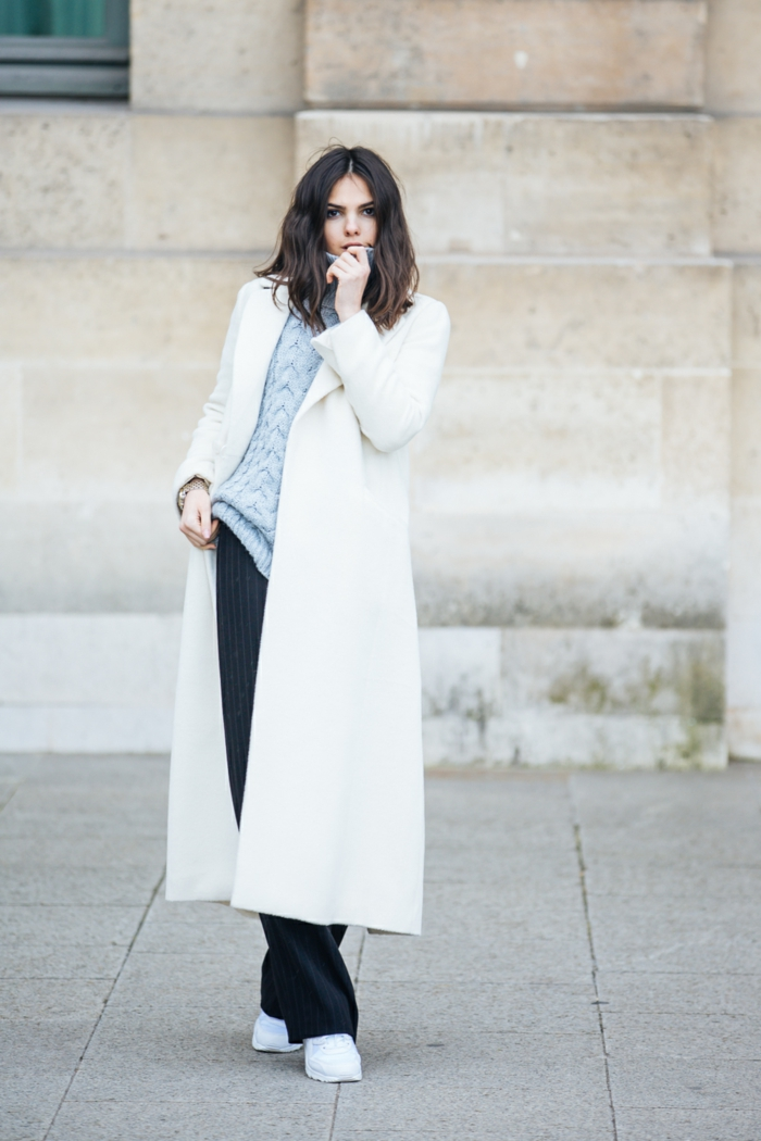 weißer-Mantel-Turnschuhe-schwarze-Hosen-blauer-Pullover-Damenmode