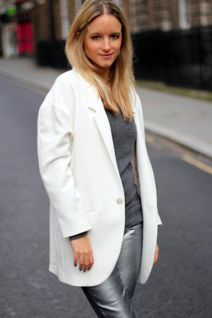 weißer-Mantel-silberne-Hosen-extravagante-Kombination