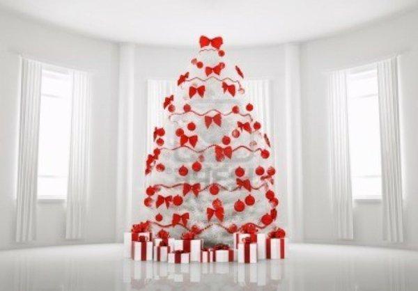 weißer-Raum-künstlicher-tannenbaum-rote-Dekoration-Bänder-Girlanden