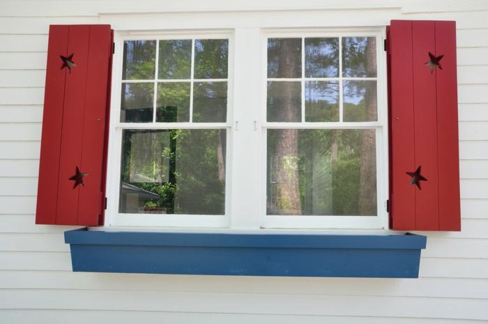 weißes-Haus-Fenster-rote-Läden-Sterne-Dekoration
