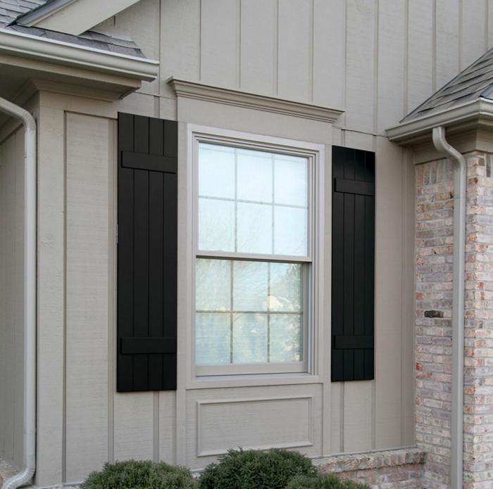 weißes-Haus-Fenster-schwarze-Läden-Kontrast