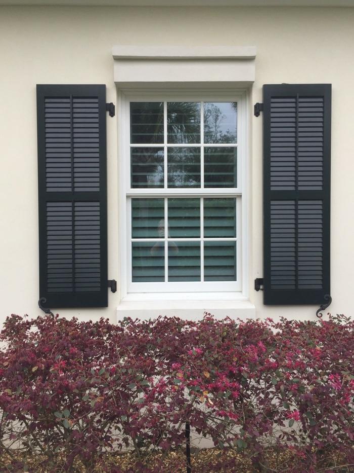 weißes-Haus-Fenster-schwarze-Läden-klassisches-Design