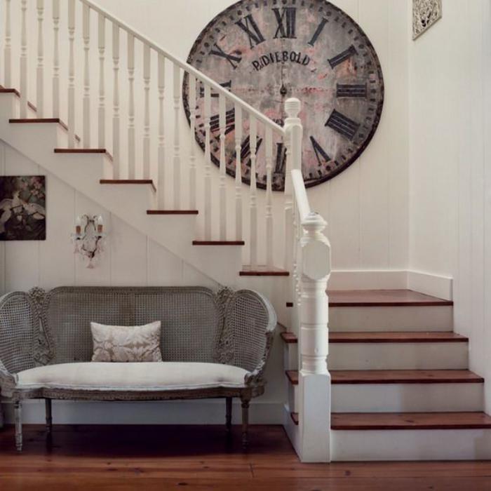 weißes-Interieur-Treppen-vintage-Wanduhr