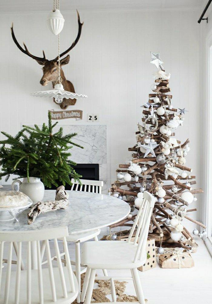 weihnachtliche-Dekoration-Tischdeko-Tannenzweige-Vase-extravaganter-Tannenbaum-rustikale-Interieurelemente