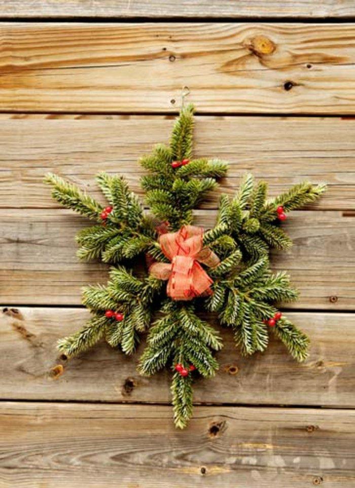 weihnachtliche-Dekoration-Erlenzweige-rotes-Band