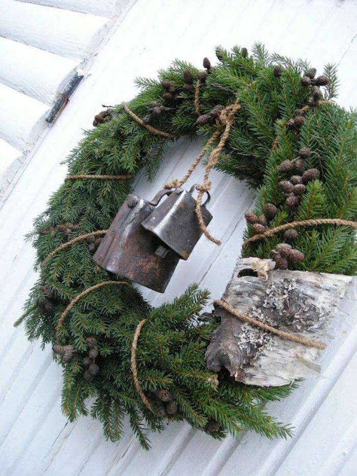 weihnachtliche-Dekoration-Türdekoration-Kranz-Erlenzweige-kleine-Zapfen-Schnur-Glocken