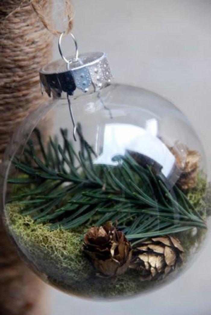 weihnachtliche-Dekoration-durchsichtige-Kugeln-Tannenzweige-Zapfen