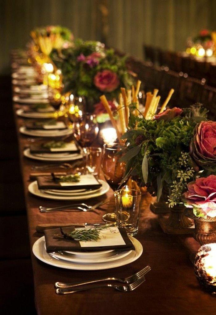 weihnachtliche-Tischdeko-Erlenzweige-künstliche-Rosen-Kerzen-gemütliche-Atmosphäre